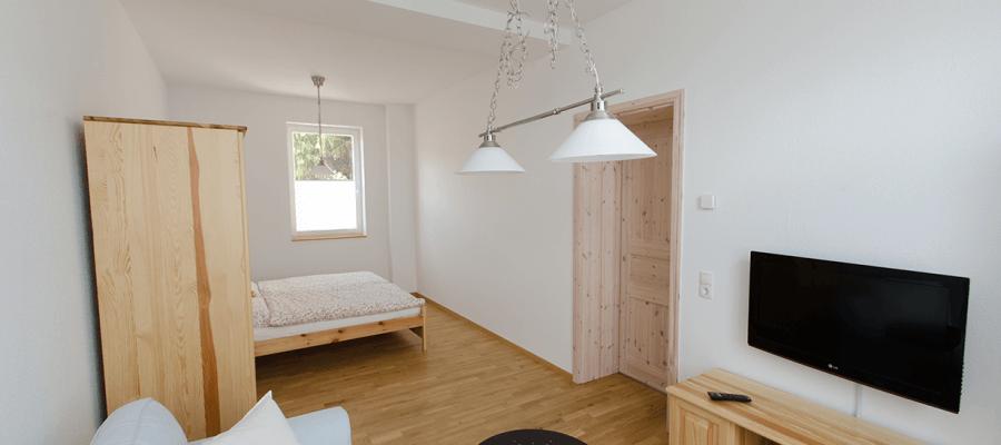 Wohnzimmer mit Sitzecke und Schlafbereich